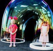 Шоу гигантских мыльных пузырей в Усть-Каменогорске